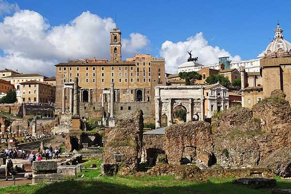 Por donde se entra al Foro Romano